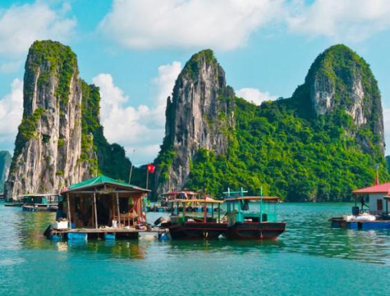 4-वियतनामः और यदि आप दक्षिणी पश्चिमी एशिया जाने का मन बना रहे हैं और आपके दिमाग में थाईलैंड का ख्याल आ रहा है तो फिलहाल इसे अगली बार की लिस्ट में डाल दें और निकल पड़े वियतनाम की ओर। दनंग में स्थित संगमरमर के पहाड़ हो या नहा ट्रिग का आसमानी पानी, मेकोंग के बैकवाटर से लेकर हनोई केसुंदर नज़ारे आपको मदहोश करने के लिए काफी हैं। तो रंगों और सम्मोहन से भरी ये दुनिया आपके स्वागत के लिए बेक़रार है। देखें फोटो-